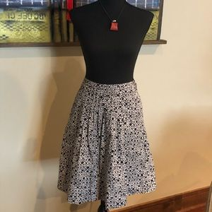 EUC BCBGMaxazria size 2, pleated skirt w/ pockets